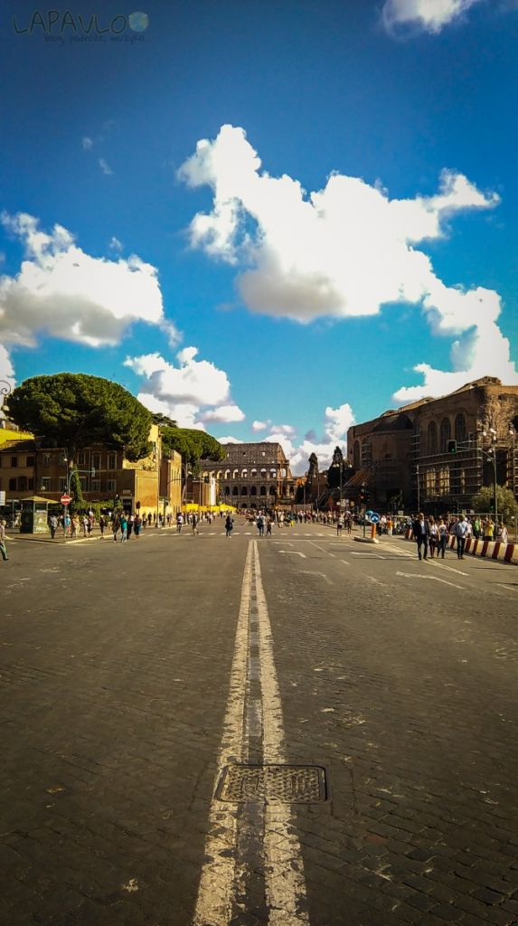 Widok na Koloseum z Forum Romanum - Rzym